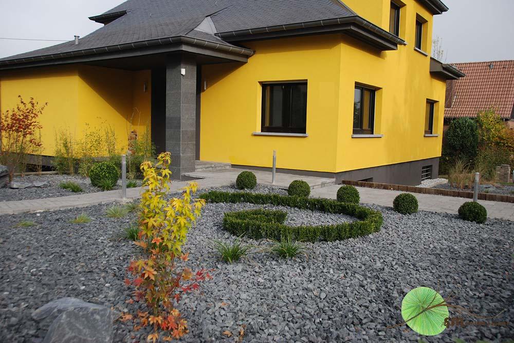 Aménagement de l'avant de la maison avec minéralisation de l'ensemble mais mise en valeur par les végétaux, notamment par la spirale de Fibonacci.
