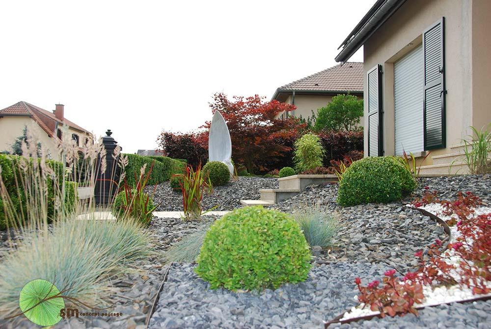 Aménagement des alentours d'une habitation dans un esprit très japonisant, avec bonsaï et spa.
