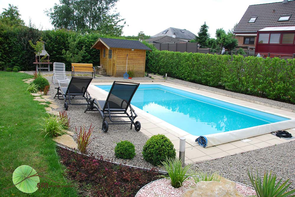 Aménagement des alentours de la maison avec mise en valeur de la piscine.